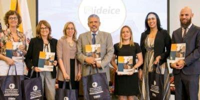 Al centro, el director ejecutivo del Ideice, Julio Leonardo Valeirón, junto a otros directivos.