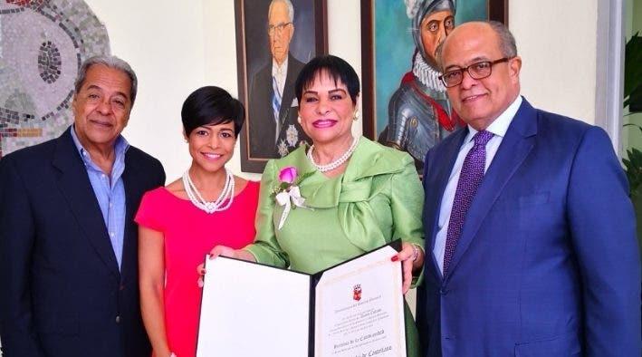 Economista Luz Celeste Silié recibe un reconocimiento