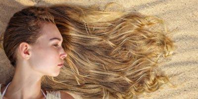Durante el baño opta por peinar el pelo en ocasiones, para evitar la formación de nudos y que este no se quiebre.