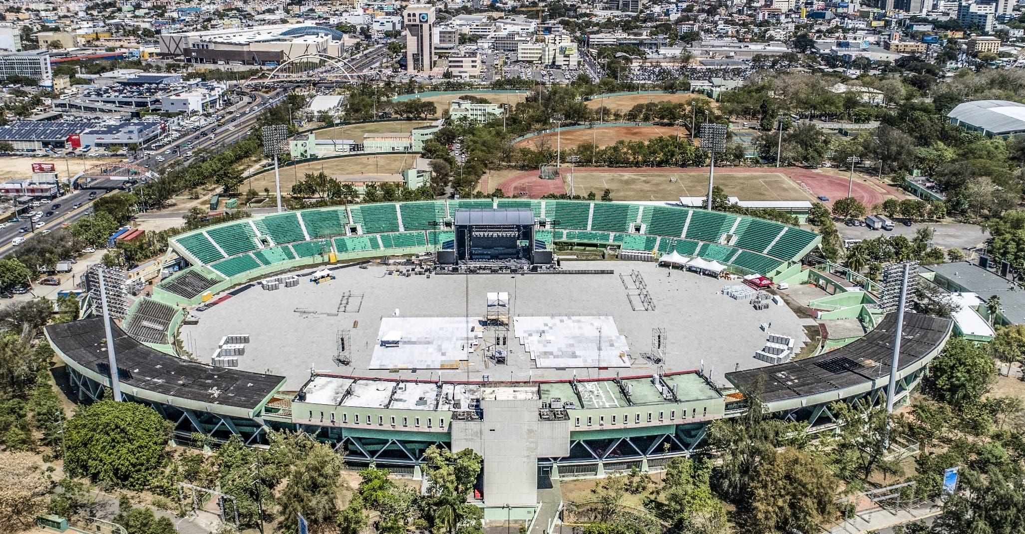 Una inmensa tarima y un estadio listo para 20 mil  personas están  a la espera de que inicie hoy, a las ocho de la noche, el concierto del 'Sol de México'.  Joel García