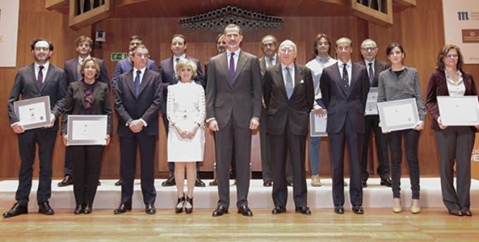 El Rey de España entrega premio al Banco Adopem