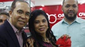 Juan Oviedo junto a  empleados, en el corte de cinta de la nueva tienda.