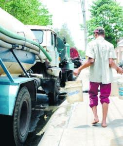 Entre las medidas paliativas llevan agua  a sitios necesitados.