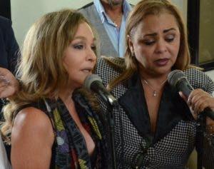 Yolandita Monge  interpreta un tema en la iglesia junto a Jacqueline Estévez.