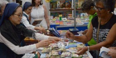 Las hermanas  misioneras dan a conocer  la Biblia, libro que fundamenta la fe.  JOSE  DE  LEON
