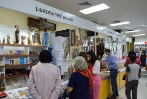 Obras de reconocidos autores católicos se venden allí.