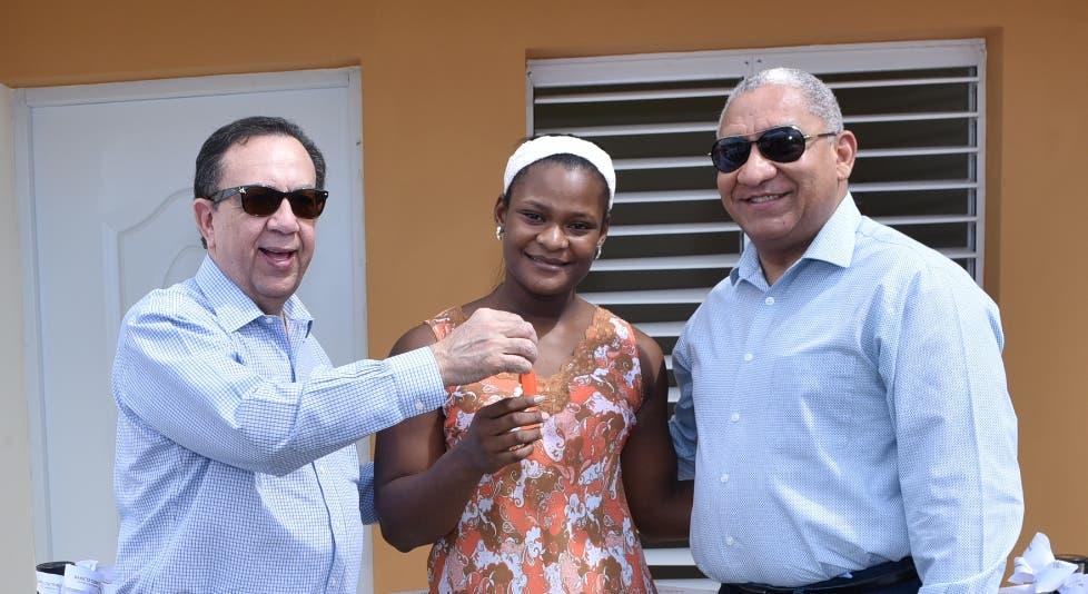Voluntariado Banco Central entrega una casa a Crismery Santana