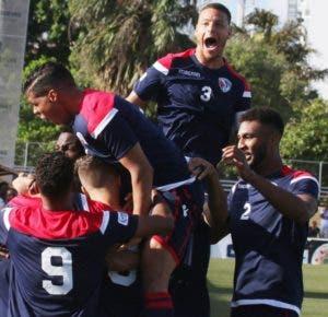 Los dominicanos festejan  al marcar su único gol.