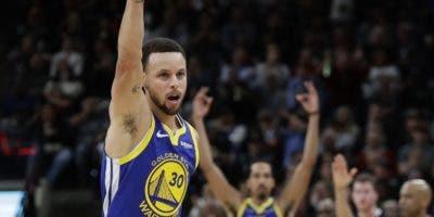 Stephen Curry es la máxima sensación en los tiros largos.