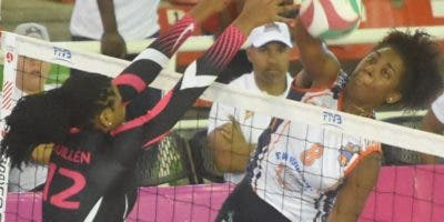 Cándida Arias ejecuta un remate.  Alberto Calvo