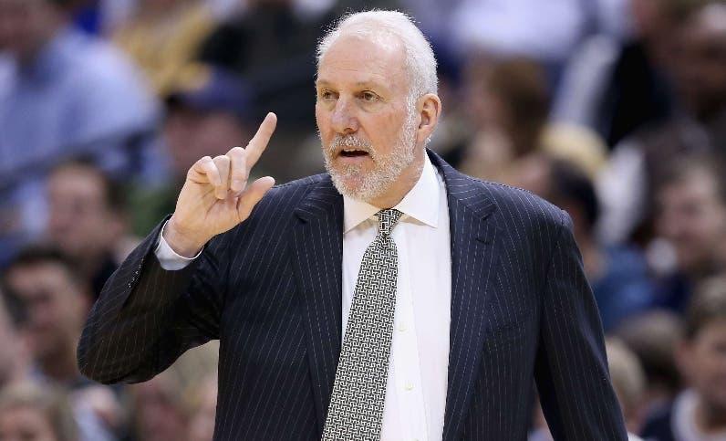 Gregg Popovich y sus Spurs dan cabida a defensa de zona.  Ap