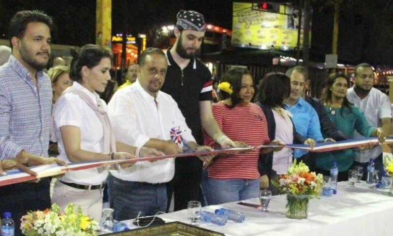 Carlos José Sánchez corta la cinta en la inauguración.