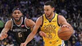 Stephen Curry es quien se encarga de                             orquestar la   ofensiva de Golden State Warriors.  AP)