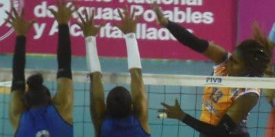 Erasma Moreno ejecuta un fuerte remate en el partido de anoche.  Alberto Calvo.