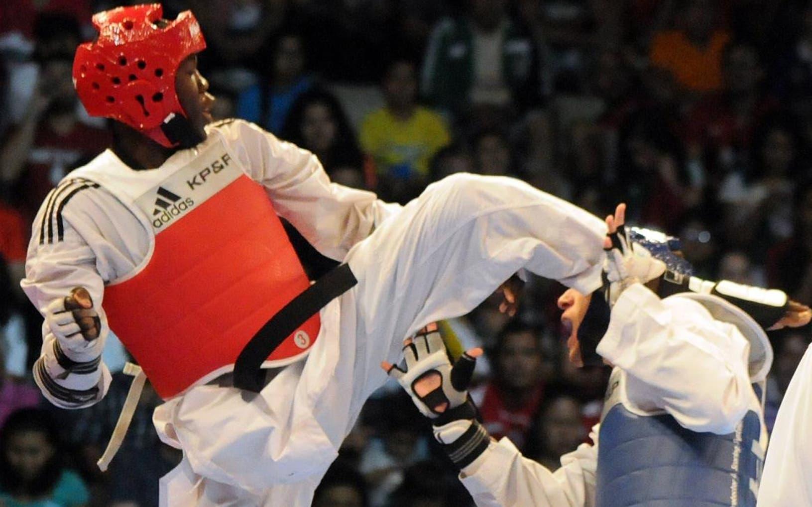 Luis Pie patea el rostro de un rival durante un evento internacional con  el equipo dominicano de taekwondo.  Archivo