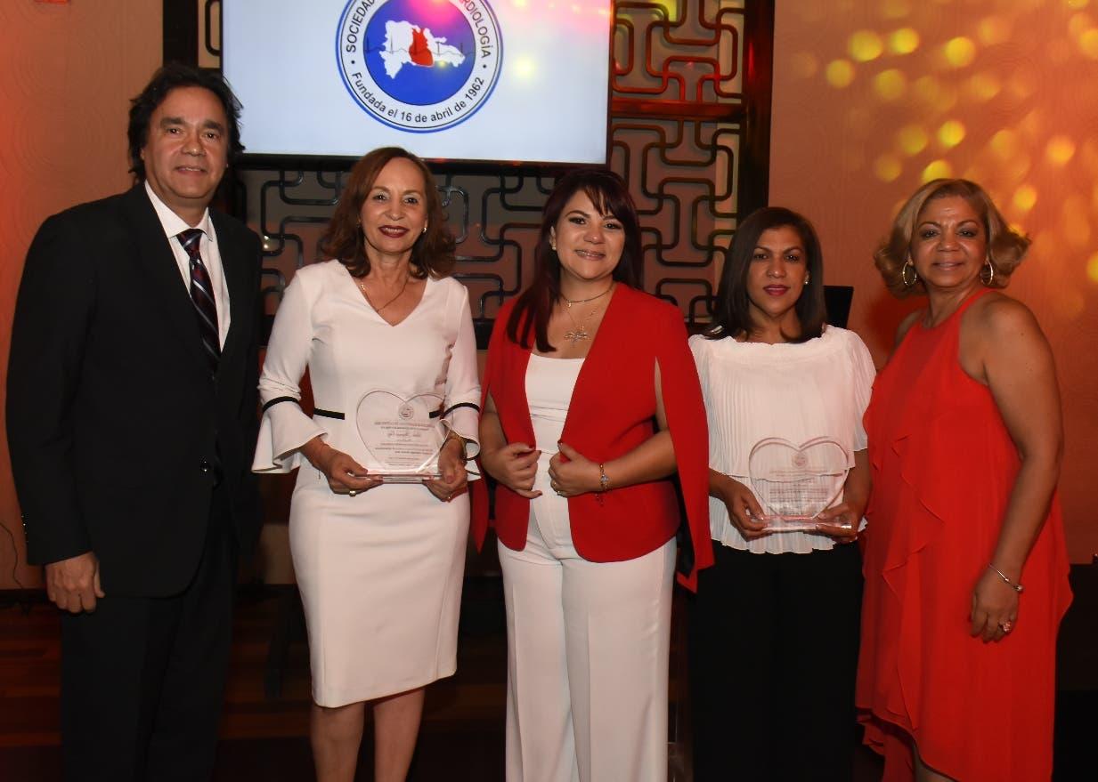 Miembros de ambas entidades reconocen a las  comunicadoras especializadas en el sector salud Altagracia Ortiz y  Doris Pantaleón.