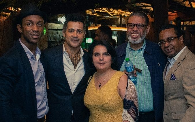 Carlos David junto a amigos e invitados que le apoyaron en el concierto.