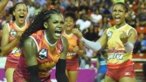 Bethania de la Cruz lidera  la celebración de Mirador luego de derrotar a Caribeñas en  inicio de la serie final.  Alberto calvo
