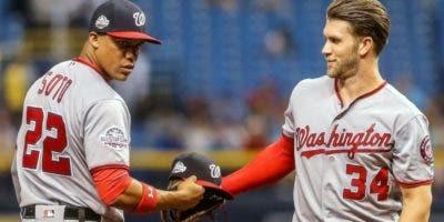 Juan Soto y Bryce Harper intercambian saludos durante un partido de la pasada temporada con los Nacionales .  AP