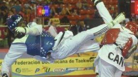 Bernardo Pie, izquierda, pega una patada al rostro de su rival  en uno de sus combates de ayer.  Alberto Calvo