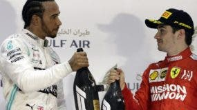 Lewis Halmilton  brinda cjunto a su rival Charles Leclerc.  AP