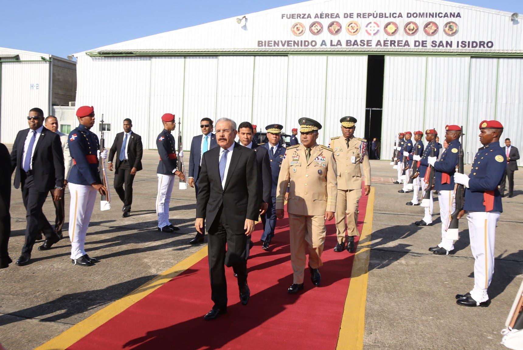1. Danilo Medina salió a las 9:00 de la mañana desde la Base Aérea de San Isidro hacia el estado de Florida
