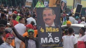 Durante la rendición de cuentas del presidente Medina en las calles se veían grupos proclamando la reelección .  AGENCIA FOTO