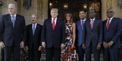 El presidente Medina posa junto a Donald Trump, su esposa Melania y los líderes regionales que participaron en la reunión.  AP)