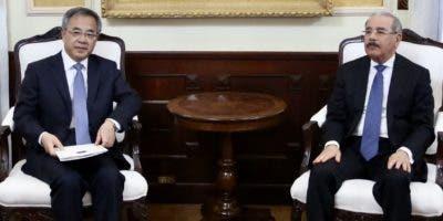 El viceprimer ministro chino  Hu Chunhua durante su visita al presidente Danilo Medina en el Palacio Nacional.  José de León