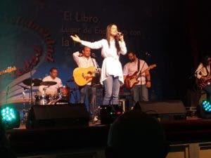 Celinés Díaz cantó hermosas alabanzas y como sorprendió a todos con nuevo tema.