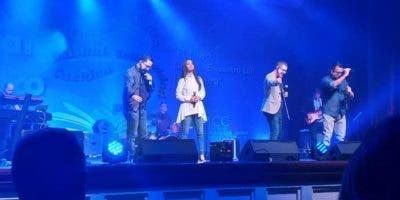 La agrupación Son By 4 junto a Celinés Díaz en concierto.