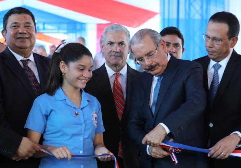 Danilo Medina corta cinta en actividad en La Vega.