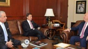 El cónsul Carlos Castillo, Jean Alain Rodríguez y Geoffredy Berman.  fuente externa