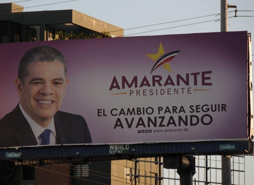 Vallas promocionando aspirantes  se pueden observar en avenidas de la capital.   José de León.