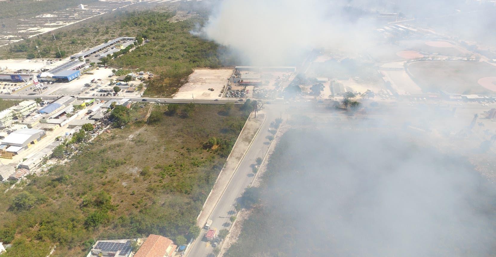 Humareda provocada por uno de los focos registrados ayer afectó varias zonas residenciales de Bávaro.  Elieser Tapia.