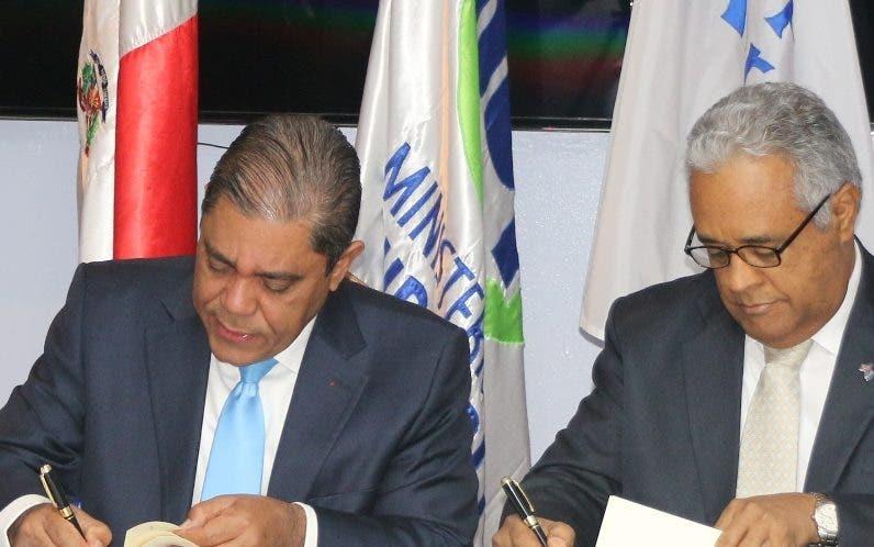 Marino Collante y Rafael Sánchez firman acuerdo.