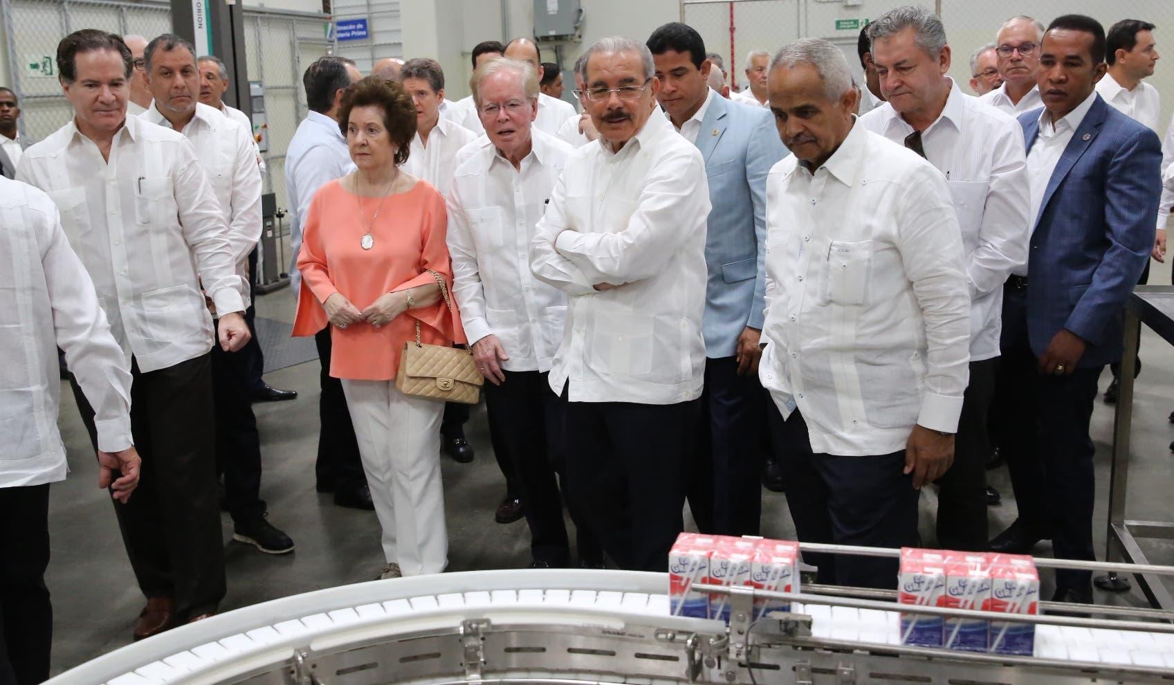Danilo Medina junto a José Luis Corripio Estrada y  representantes de empresa en recorrido por  planta.  JOSÉ DE LEÓN