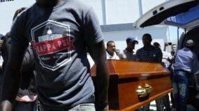 Amigos y compañeros de equipo cargaron entre lágrimas y dolor  los ataúdes de las víctimas.  Elieser Tapia