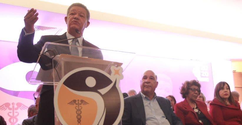 Fernández califica indignos los salarios en sector salud