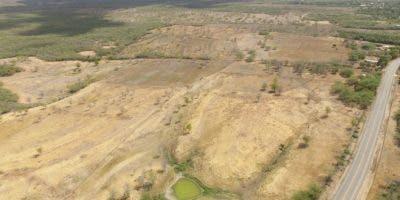 Esta vista aérea muestra cómo la sequía ha ido consumiendo la vegetación y los reservorios de agua  en los terrenos de la Línea Noroeste.   Elieser Tapia