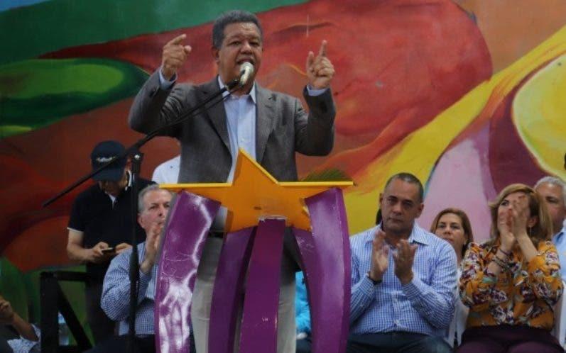Leonel Fernández durante la actividad en Tenares.