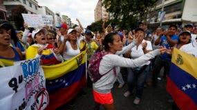 Una mujer recibe una aceleración de la multitud cuando se reúnen para una marcha contra el gobierno del presidente de Venezuela, Nicolás Maduro, en Caracas, Venezuela, el sábado 9 de marzo de 2019. Las fuerzas de seguridad se están desplegando en gran número en Caracas antes de las manifestaciones planeadas por partidarios de la oposición. El líder Juan Guaido. (Foto AP / Eduardo Verdugo)