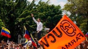 El líder de la Asamblea Nacional de Venezuela, Juan Guaido, quien se declaró a sí mismo presidente interino del país, habla a sus partidarios durante un mitin contra el gobierno del presidente Nicolás Maduro, en Caracas, Venezuela, sábado 9 de marzo de 2019. (Foto AP / Eduardo Verdugo)
