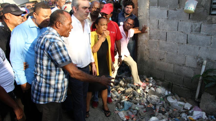 Luis Abinader escucha a dirigentes comunitarios antes de dar inicio a un operativo de limpieza en la cañada Los Meregildos, de Guaricano Centro, en el municipio Santo Domingo Norte.