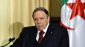 El presidente de Argelia, Abdelaziz Buteflika, renunció este lunes a presentar su candidatura a la reelección en las elecciones presidenciales de abril.