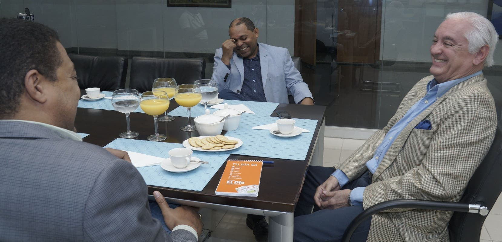 Cuquín Víctoria habla con el director del EL DÍA  José Monegro, y  el periodista Fausto Polanco. Elieser Tapia