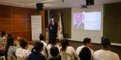 Alejandro Fernández W. impartió la charla a los estudiantes de la UNEV.