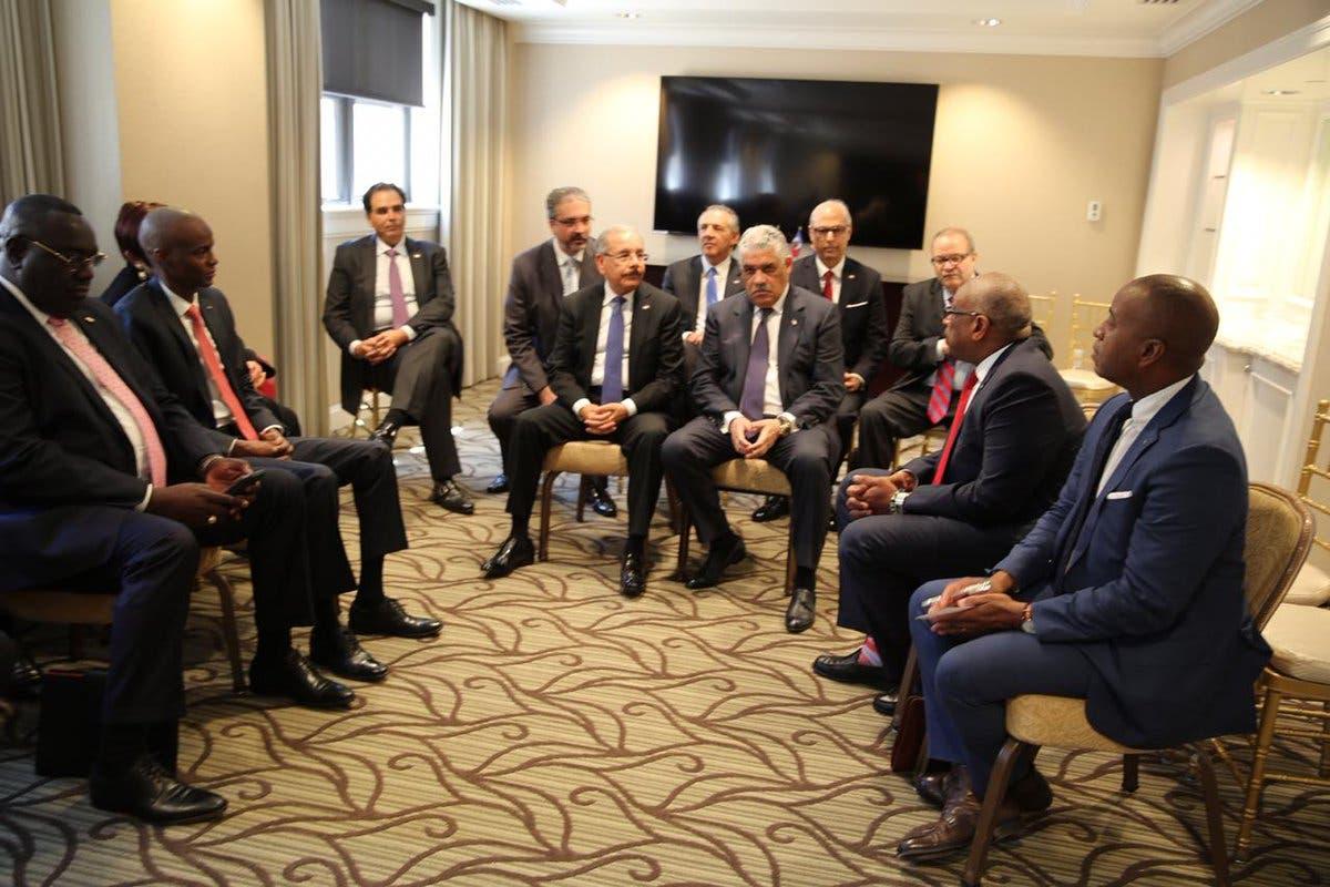 5. En la reunión participan otros funcionarios dominicanos.