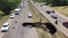 hundimiento-autopista Duarte-colapsa-pavimento