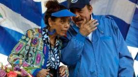 ARCHIVO - En esta fotografía de archivo del 5 de septiembre de 2018, el presidente nicaragüense Daniel Ortega, y su esposa, la vicepresidenta Rosario Murilla, encabezan una manifestación en Managua, Nicaragua. (AP Foto/Alfredo Zuniga, Archivo)